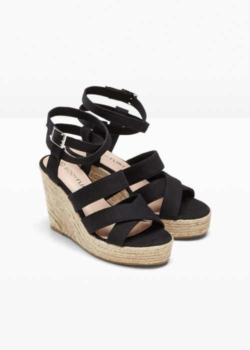 černé páskové sandály na klínu