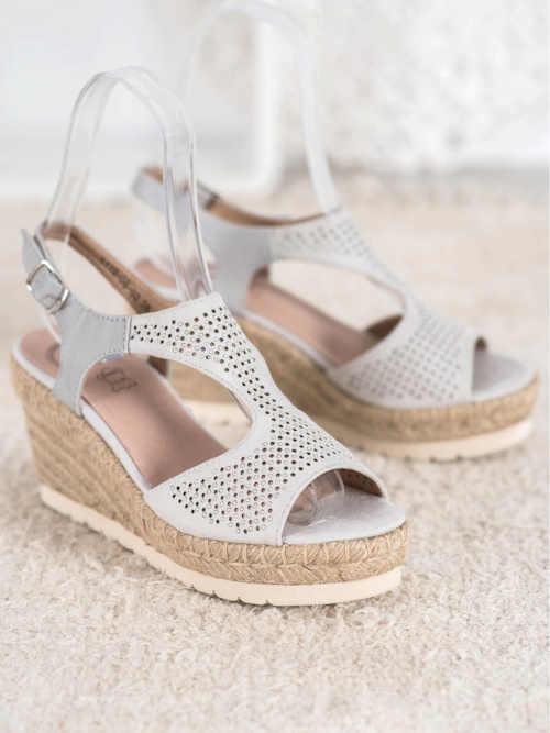 moderní letní sandály na klínu