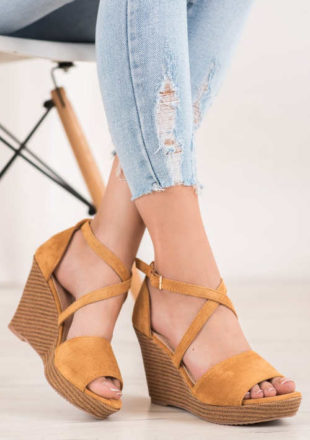 Semišové letní sandály na klínku camelové barvy