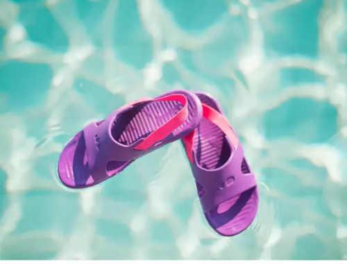 dívčí pantofle k bazénu