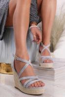 Moderní páskové sandály na klínu