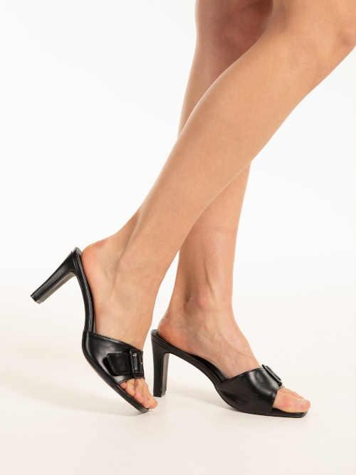 pantofle s výraznou přezkou